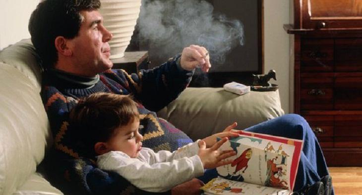 mùi thuốc lá bám trên quần áo của con bạn
