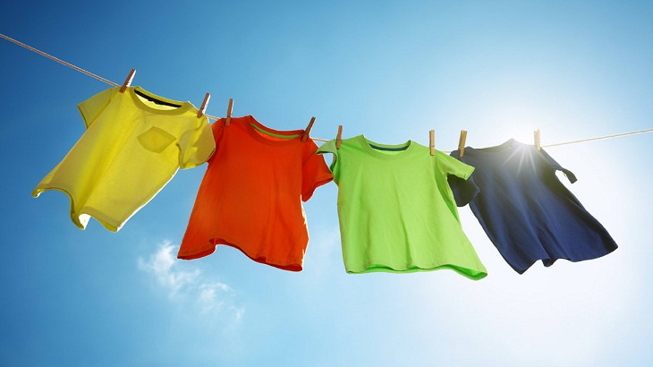 sử dụng ánh sáng mặt trời để loại bỏ mùi thuốc lá trên quần áo