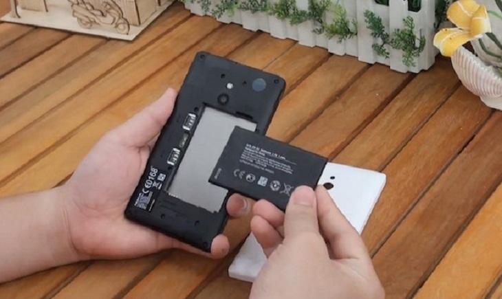tháo pin, thẻ nhớ và sim