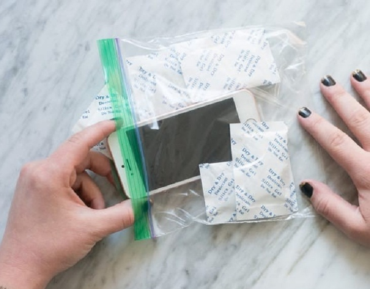 hút ẩm điện thoại bằng túi hút ẩm