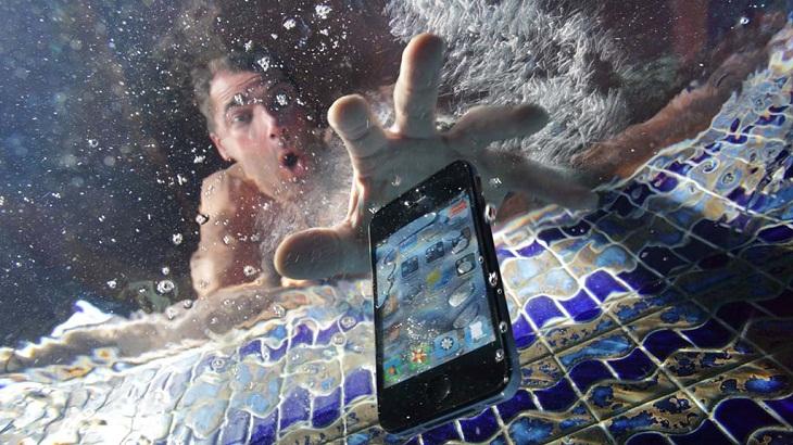 đừng nhìn điện thoại rơi xuống nước