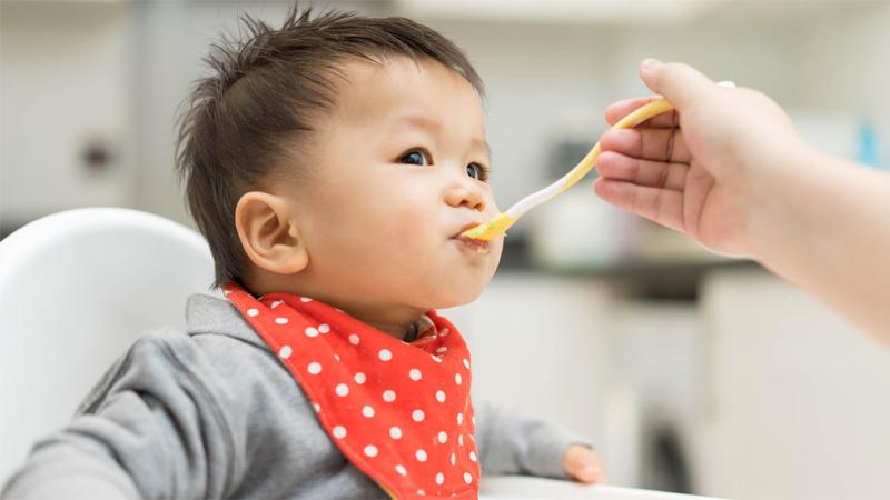 Cho bé ăn nho khô, bạn đã thử chưa?