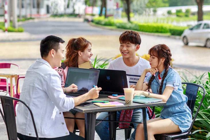 Học sinh cấp 3 sử dụng laptop để học tập, tìm tài liệu