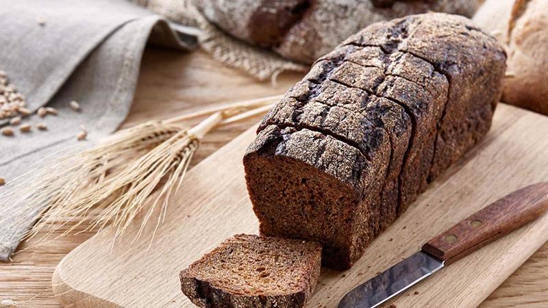 Bánh mì đen có lượng chất xơ cao gấp 4 và ít hơn 20% calo so với bánh mì trắng. Đồng thời, chỉ số đường huyết của bánh mì đen cũng rất thấp