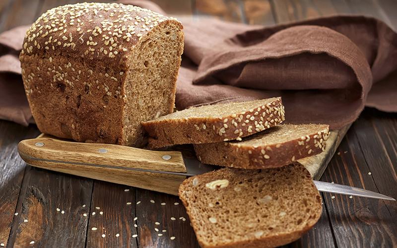 Bành mì nâu được làm từ lúa mì nguyên vỏ, có chứa nhiều chất xơ và lượng calo thấp, giúp giảm cảm giác thèm ăn, hỗ trợ giảm cân hiệu quả đồng thời còn giúp săn chắc cơ bắp.