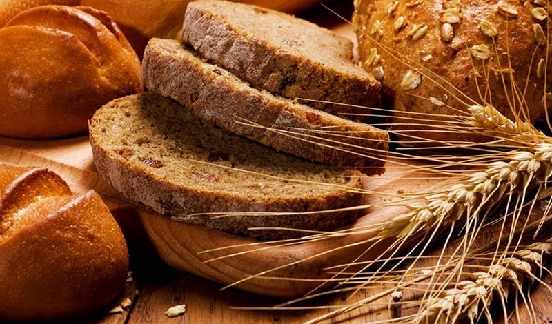 Bánh mì nguyên cám có hàm lượng protein chưa đến 25% và rất giàu chất xơ, do cám là một trong những thành phần nhiều chất xơ nhất trong hạt lúa mì.