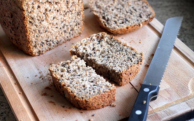 Chất xơ cao, chỉ số đường huyết thấp cùng hàm lượng các axit béo thiết yếu của bánh mì hạt lanh sẽ giúp đốt cháy các calo dư thừa trong cơ thể.