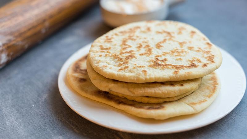 Vì được là từ ngũ cốc nguyên hạt nên bánh mì Pita rất giàu vitamin, chất xơ và khoáng chất nhưng lại chứa ít protein và calo so với bánh mì thông thường