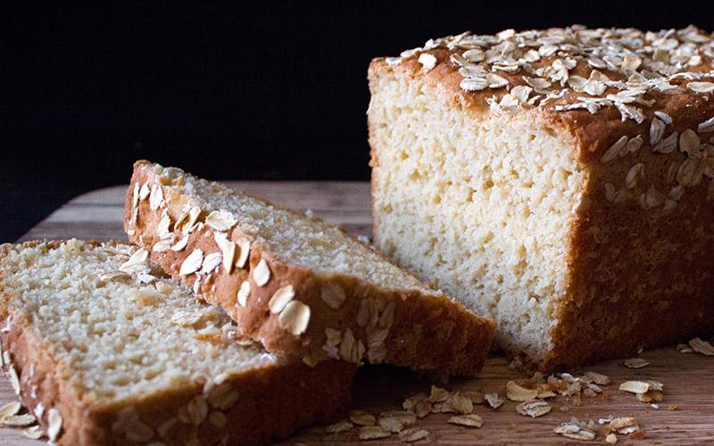 Bánh mì yến mạch có chỉ số đường huyết GI rất thấp. Yến mạch cũng là loại tinh bột có chứa nhiều các axit béo thiết yếu có thể làm giảm cholesterol.