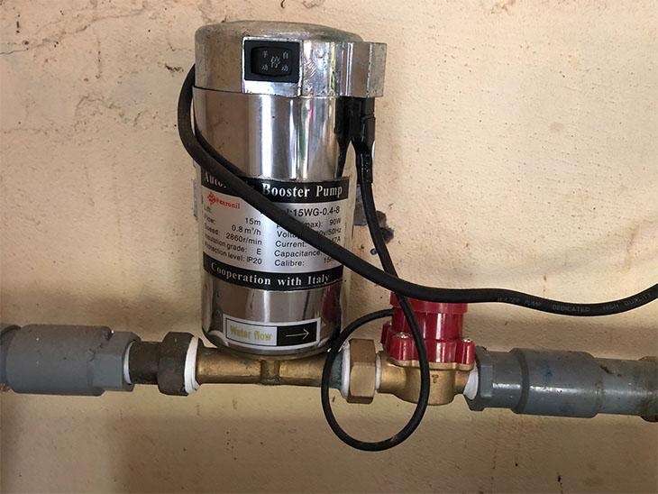 Sử dụng bơm tăng áp để tăng áp suất nước vào máy giặt