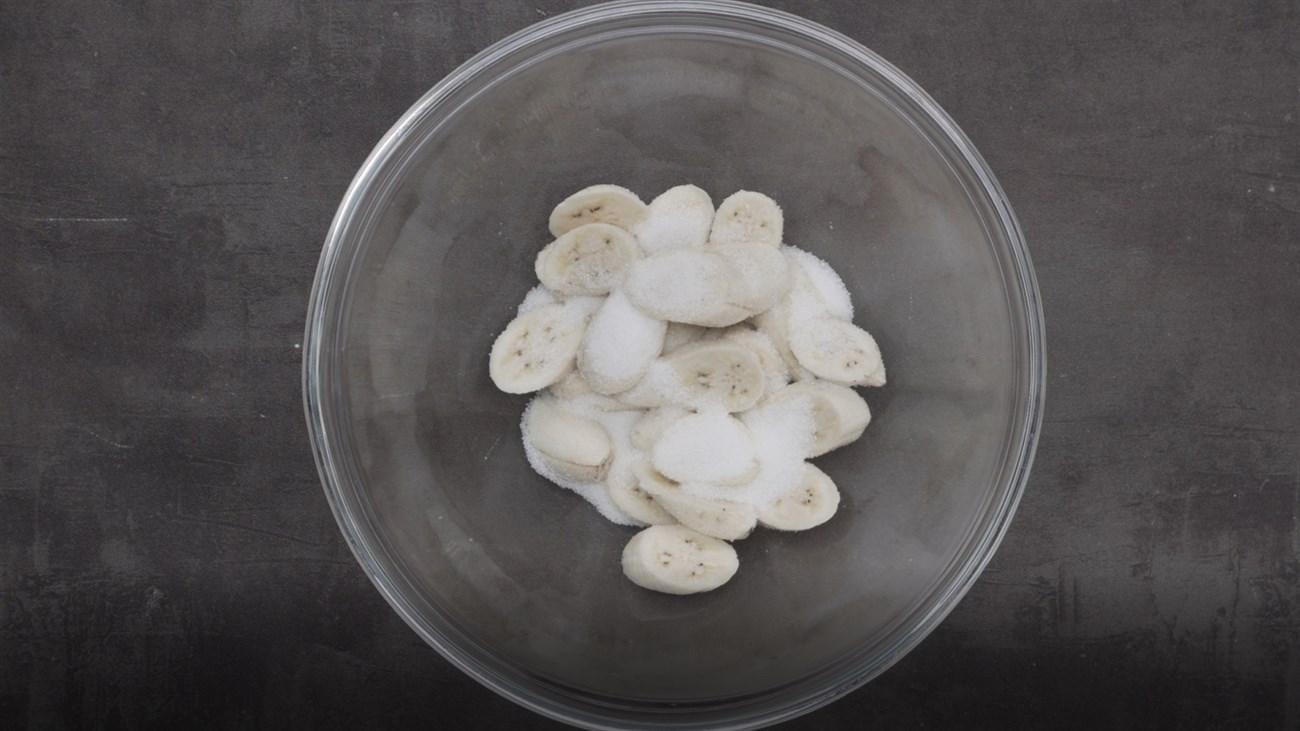 Chuối lột vỏ, cắt khoanh, ướp chuối với 50 gr đường và muối khoảng 15 phút.