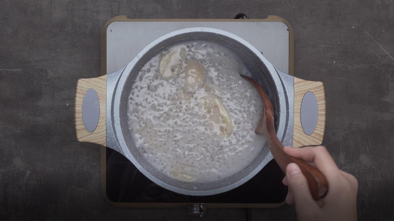 Bước 3: Sau cùng cho bột báng và bột khoai vào nấu thêm khoảng 10 phút cho bột nở là được.