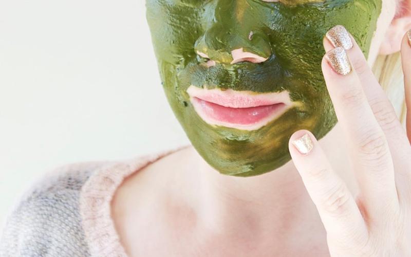 Tốt nhất nên đắp mặt nạ trà xanh vào buổi tối vì đây thời gian da được nghỉ ngơi nên da sẽ hấp thu các dưỡng chất dễ dàng và nhanh chóng hơn.