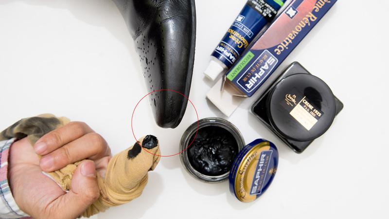 Xi kem thích hợp đối với những đôi giày da cũ nhờ khả năng phục hồi màu sắc và vết xước