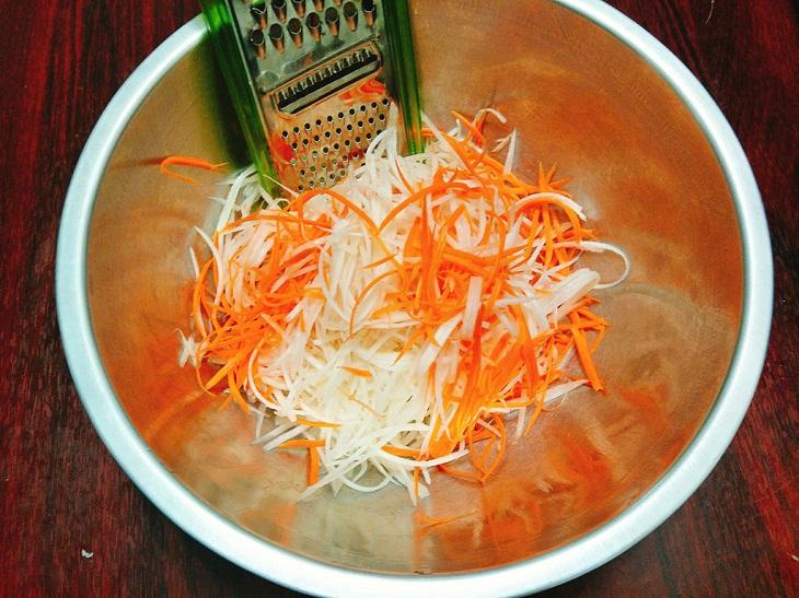 Bước 1 Sơ chế nguyên liệu Cách làm món nộm su hào cà rốt chay