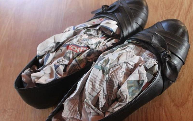 Độn khăn giấy vào giày giúp hút ẩm
