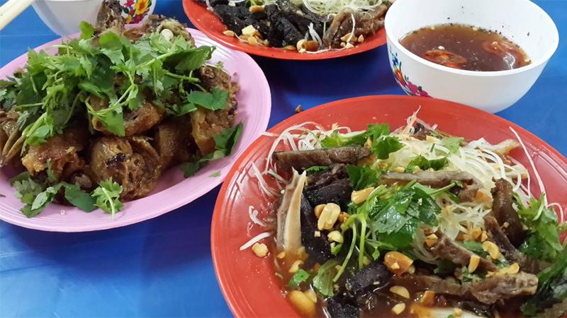 Những thực phẩm không nên ăn trong mùa mưa bão- Đồ ăn vặt ngoài lề đường