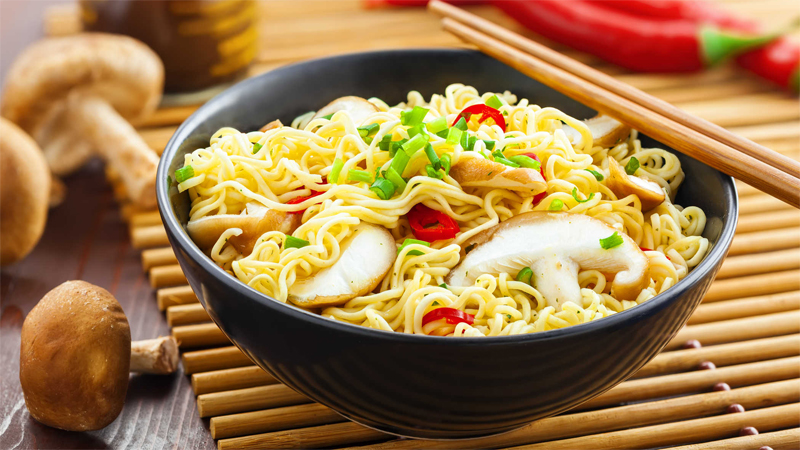 Những thực phẩm không nên ăn trong mùa mưa bão - Mì ăn liền