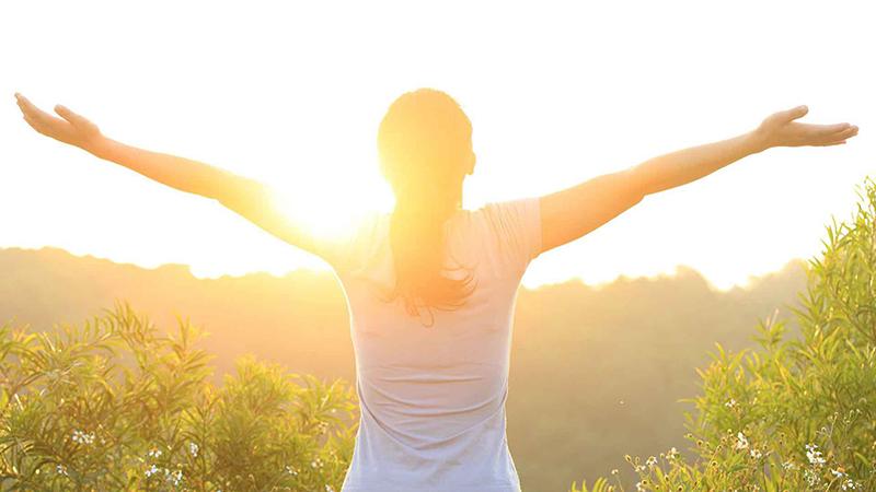 Tắm nắng giúp cơ thể hấp thụ vitamin D, giúp chắc khỏe xương