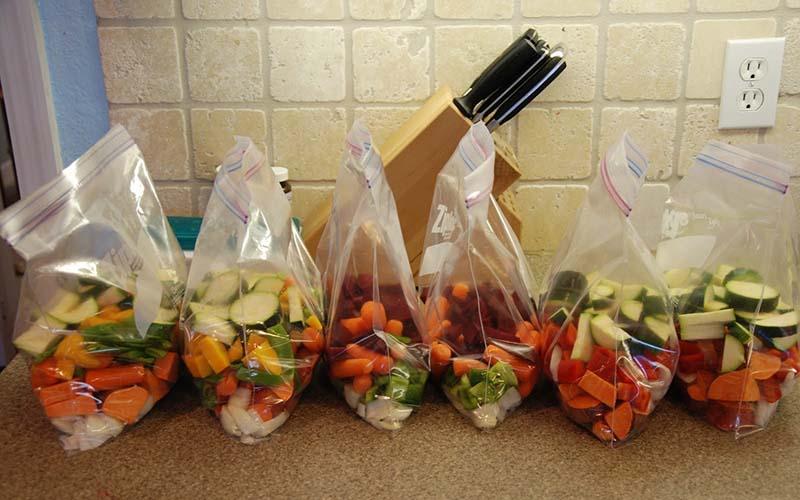 Cắt nhỏ rau, hoa quả cho vào túi và bảo quản trong tủ lạnh sẽ rất thuận tiện khi sử dụng bởi khi nấu chỉ cần lấy ra và chế biến. Thế nhưng, điều này làm mất đi chất dinh dưỡng, thậm chí một số loại rau củ còn kích thích sản sinh những chất có hại cho sức khỏe.