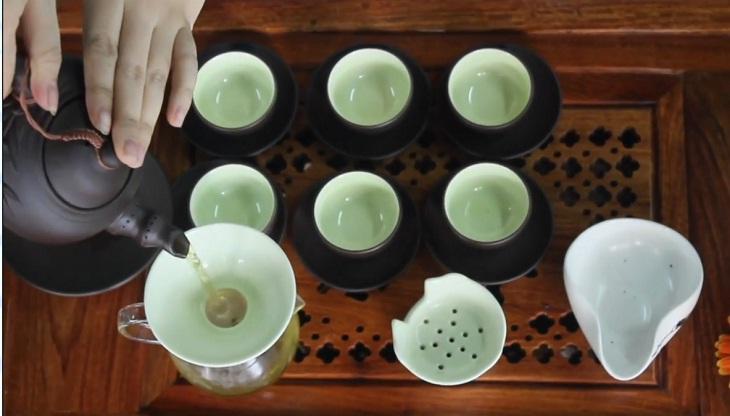 rót trà vào chuyên trà