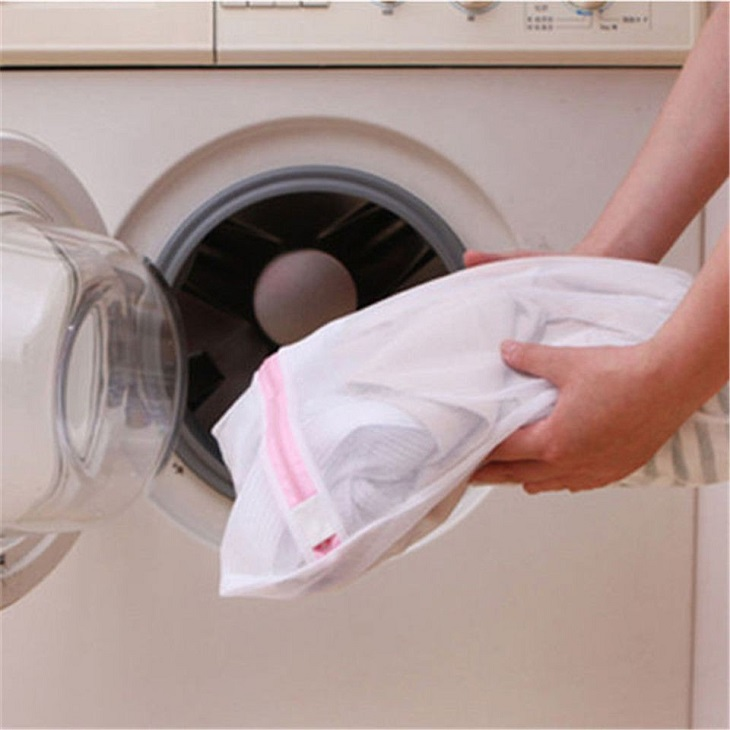 Khi giặt áo dài bằng máy bạn nên cho vào túi giặt riêng