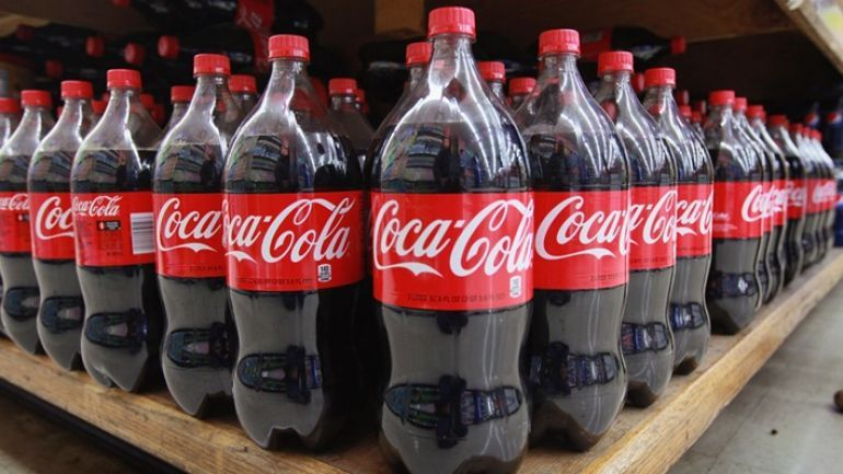 Vệ sinh lưới lọc máy hút mùi bằng coca cola