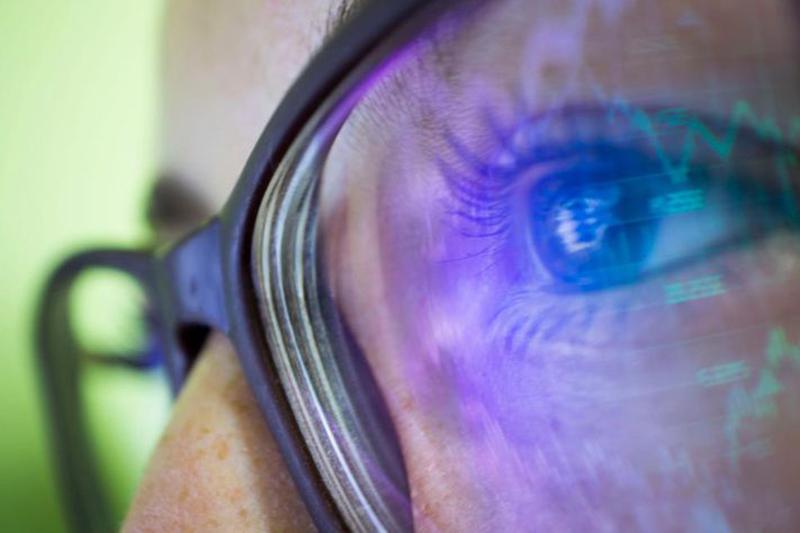 Vì sao ánh sáng xanh từ điện thoại di động lại làm hỏng tế bào mắt?