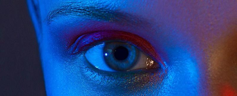 Vì sao ánh sáng xanh từ điện thoại di động lại làm hỏng tế bào mắt? 2