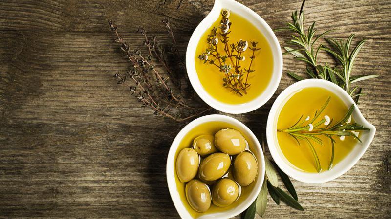 Dầu olive cũng chứa polyphenol - chất chống oxy hóa giúp bảo vệ cơ thể khỏi những tác động xấu gây ra bởi các gốc tự do, nguyên nhân gây bệnh tật và lão hóa