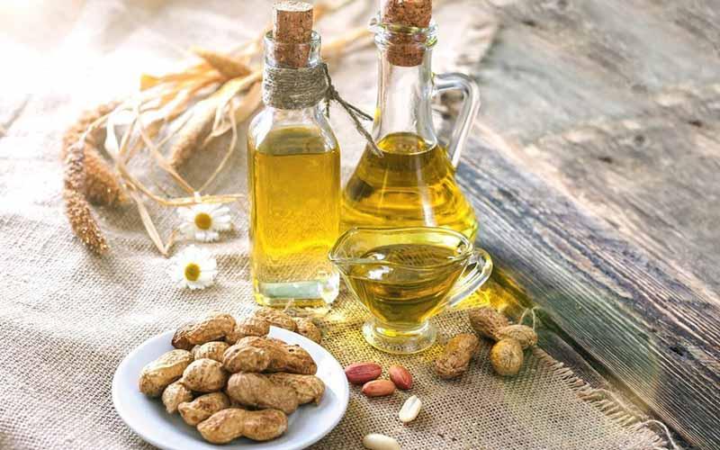 Dầu đậu phộng hay còn được gọi là dầu lạc, được chiết xuất từ những hạt đậu phộng, nên có hương vị rất thơm, ngọt ngào và mạnh tương tự như dầu mè.