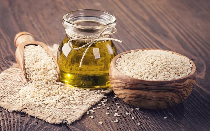 Dầu mè (dầu vừng) là một loại dầu thực vật được chiết xuất từ hạt mè (hạt vừng). Dầu mè có hai loại là tinh chế và chưa tinh chế. Dầu mè chưa tinh chế góp phần làm tăng thêm một hương vị tuyệt vời trong chế biến thực phẩm.