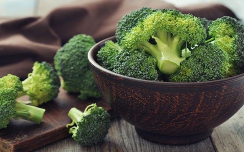 Bông cải xanh chứa nhiều hợp chất kích hoạt các enzyme giải độc cho gan và hiệu quả có thể kéo dài vài tuần sau khi ăn rau. Đây cũng là một nguồn cung cấp vitamin A, B1, axit béo omega-3, canxi, protein giúp tăng cường sức khỏe.