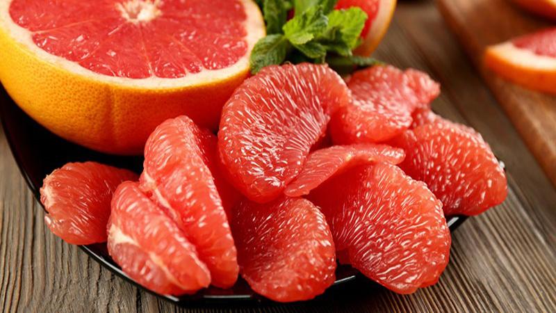 Bưởi là loại trái cây rất có lợi cho sức khỏe nhờ chứa nhiều chất xơ, vitamin C và kali cũng như nhiều chất dinh dưỡng lành mạnh khác