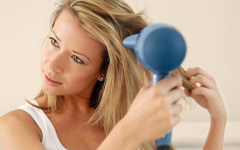 Gội đầu bằng nước ấm ngăn ngừa nấm tóc