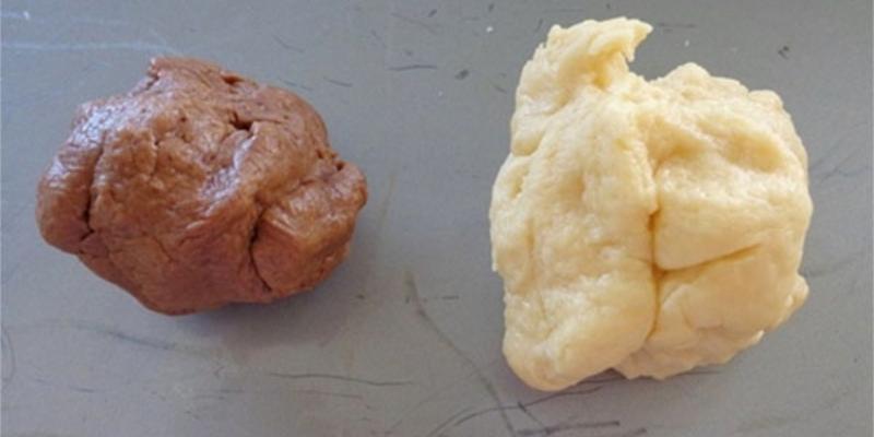 Tách bột thành 2 phần nhào bột ca cao vào cùng phần bột ít hơn