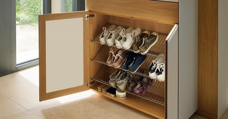 Đặt giá để giày gần cửa chính vào mùa mưa để khỏi mang giày bẩn vào nhà