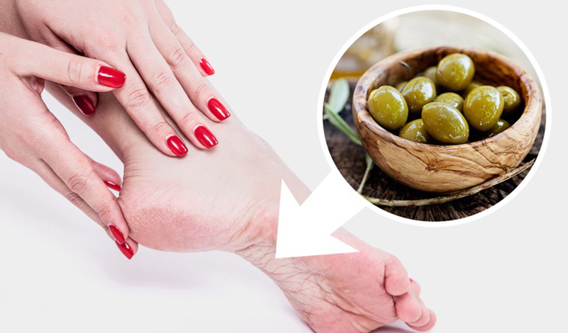 Dầu olive là nguyên liệu tự nhiên dùng để dưỡng ẩm cho da rất tốt. Dầu olive giữ da mềm mại và sáng mịn nhờ giàu vitamin A, D, K, E, cùng nhiều chất chống oxy hóa giúp ngăn ngừa lão hóa cho vùng da chân.
