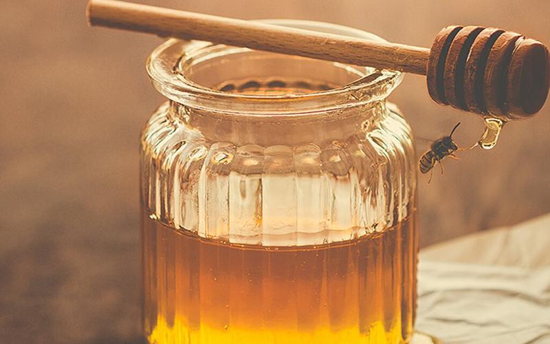 Mật ong là nguyên liệu dưỡng da tự nhiên rất tốt. Dưỡng ẩm bằng mật ong sẽ mang lại cho bạn đôi chân mềm mịn, vùng da chân sẽ không còn ngứa hay bị nứt nẻ nữa.