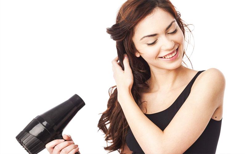 Bạn có thể dùng máy sấy sấy mái tóc bết dính của mình trong khoảng 3-5 phút