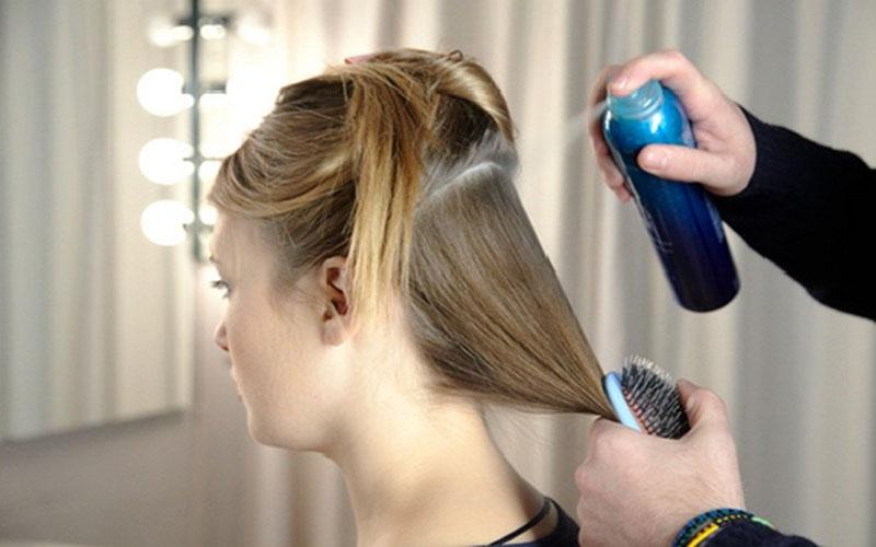 Keo xịt tóc sẽ giúp mái tóc của bạn vào nếp hơn
