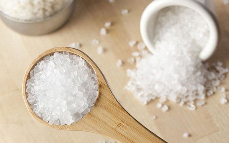 Bạn hòa tan một ít muối rồi cho vào bình xịt và xịt lên tóc