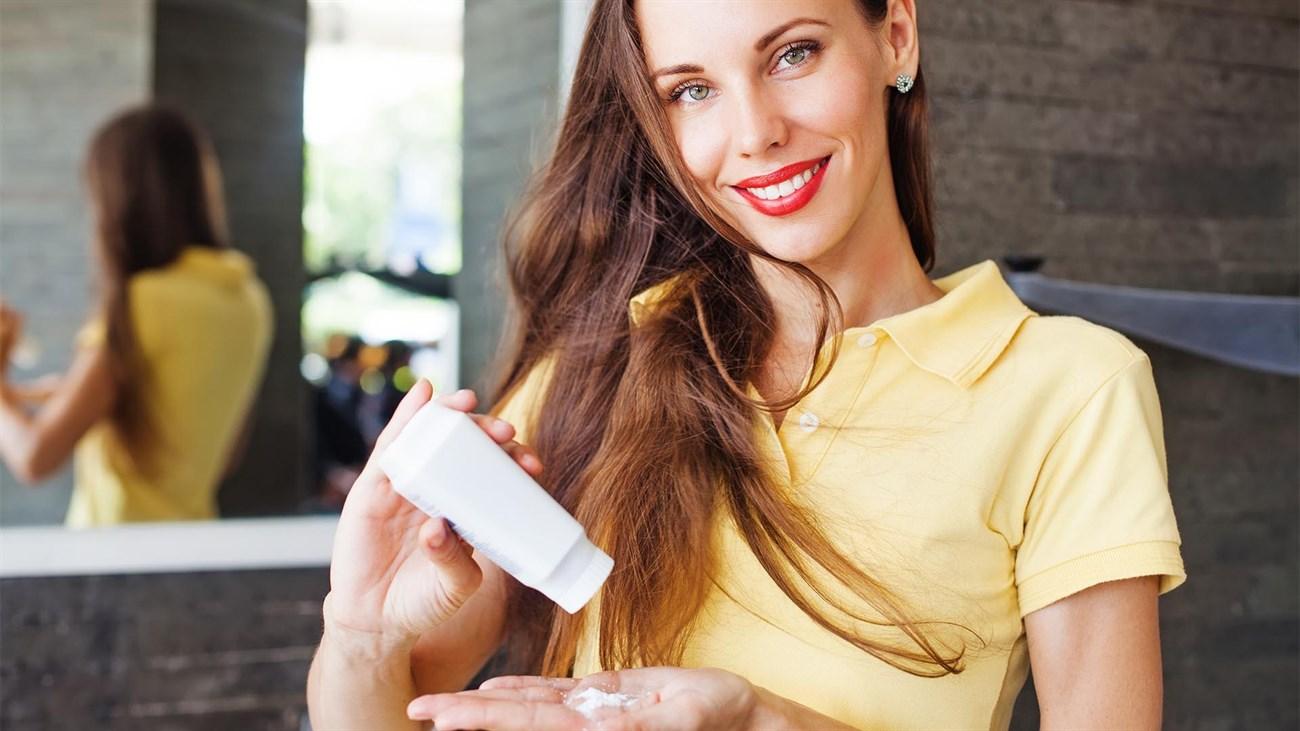 Cách giúp cho tóc hết bết dính hay nhất vào mùa mưa dùng phấn rôm