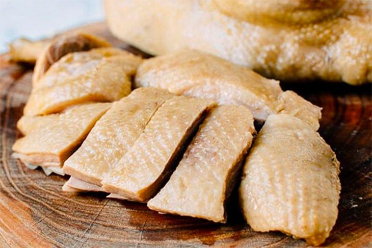 Thịt vịt  sau khi được sơ chế và rửa sạch cho khỏi mùi hôi thì đem luộc khoảng 30 phút với lửa to