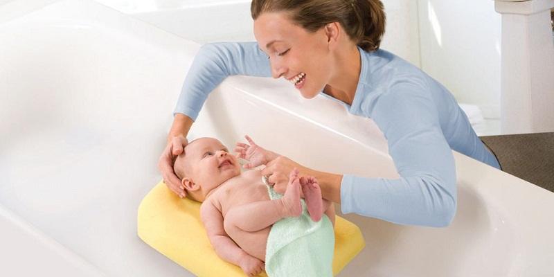 Bé sơ sinh nên được tắm trong phòng ấm áp, kín gió.