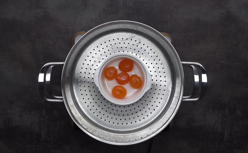 Bước 1: Trứng vịt muối rửa qua với rượu rồi ấp chín khoảng 10 đến 15p.