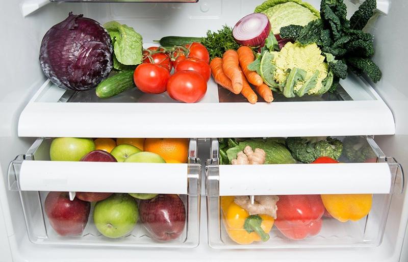 Rau củ không cần phải rửa sạch trước khi cho vào tủ lạnh. Vì nếu rửa sạch, sẽ làm độ ẩm của rau củ quá cao khiến chúng dễ bị đổi màu và dần mất đi chất dinh dưỡng. Thay vào đó, bạn nên cắt, gọt bớt những phần lá, thân bị sâu đi, già úa và phân loại rau củ.