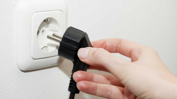 Cắm lại phích điện chắc chắn vào ổ để tránh lỗi nhấn nút nguồn quá 5 giây mà đèn tín hiệu không sáng