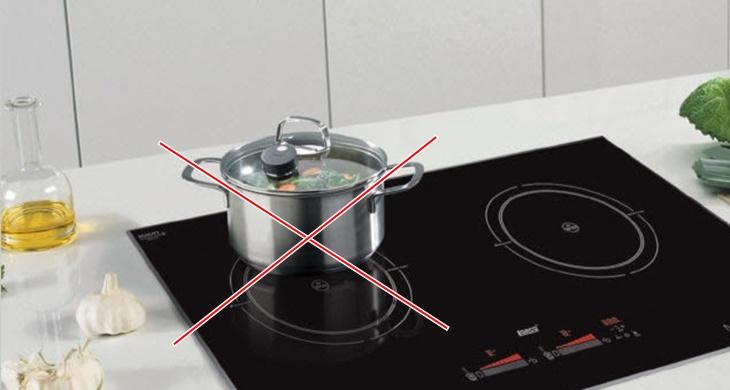 Để tránh lỗi đã bật bếp nhưng dụng cụ nấu không nóng, bạn nển đặt nồi ngay giữa vùng nhiệt của bếp