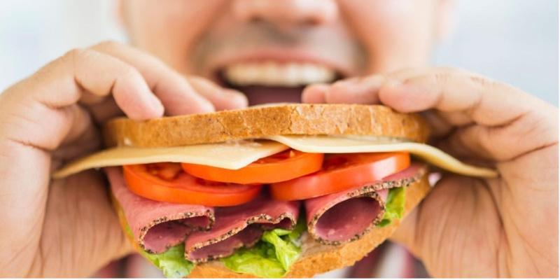 Nhai kỹ thức ăn giúp bạn tập trung cảm nhận hương vị của những món mình đang ăn, kích thích vị giác và thấy được sự hòa quyện của các nguyên liệu trong mỗi món ăn